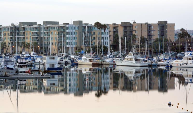 德拉瑞码头小游艇船坞小船&公寓在黎明。 库存照片