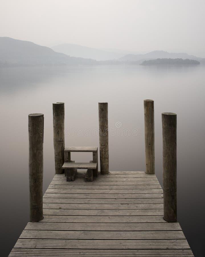 德文特湖码头跳船薄雾雾日落湖区英国镇静平安的仍然放松留心 免版税图库摄影