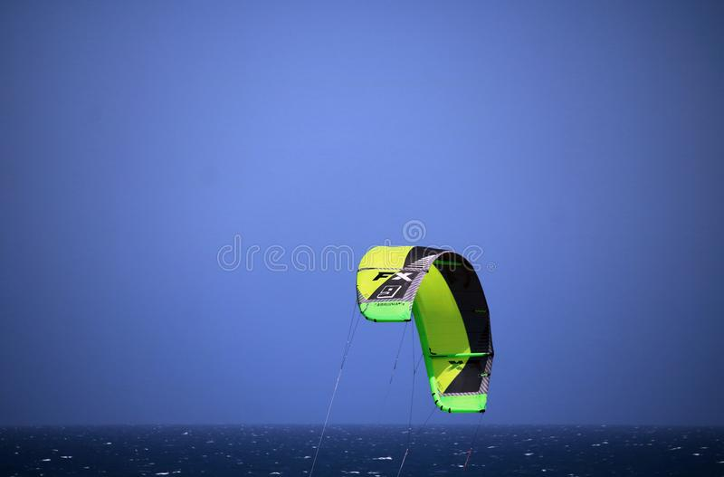 德班海岸、新生德班、的夸祖鲁,南非-鲜绿色和黑风帆冲浪的机盖 图库摄影