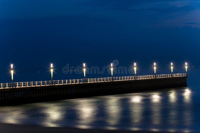 德班海滩前的码头 免版税库存图片