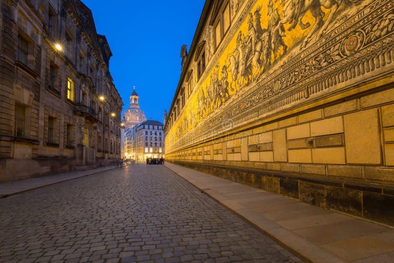 德累斯顿,德国- 2019年4月19日:Furstenzug巨型壁画在德累斯顿,德国装饰在奥古斯都街墙壁上的马赛克  免版税库存照片