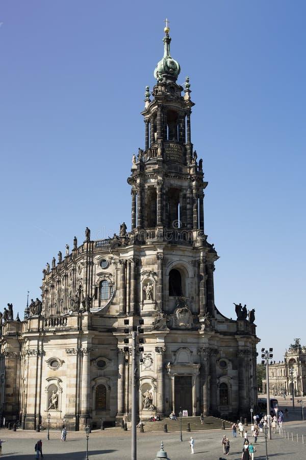 德累斯顿,德国- 9月17 :人们在老镇的中心走,在三位一体或Hofkirche附近 图库摄影