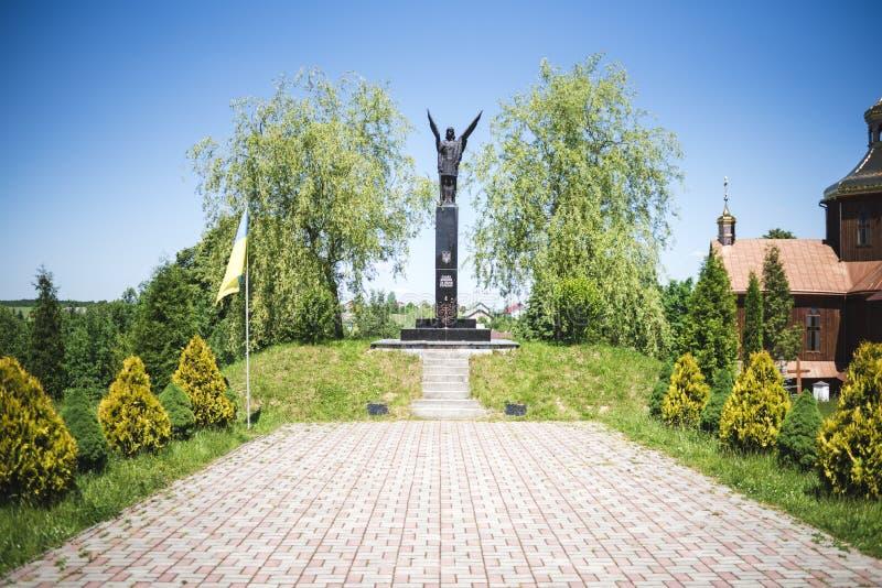 德罗霍贝奇,西乌克兰- 2017年6月3日:名望的纪念碑对战斗机的乌克兰和古老木ch自由的  免版税库存照片