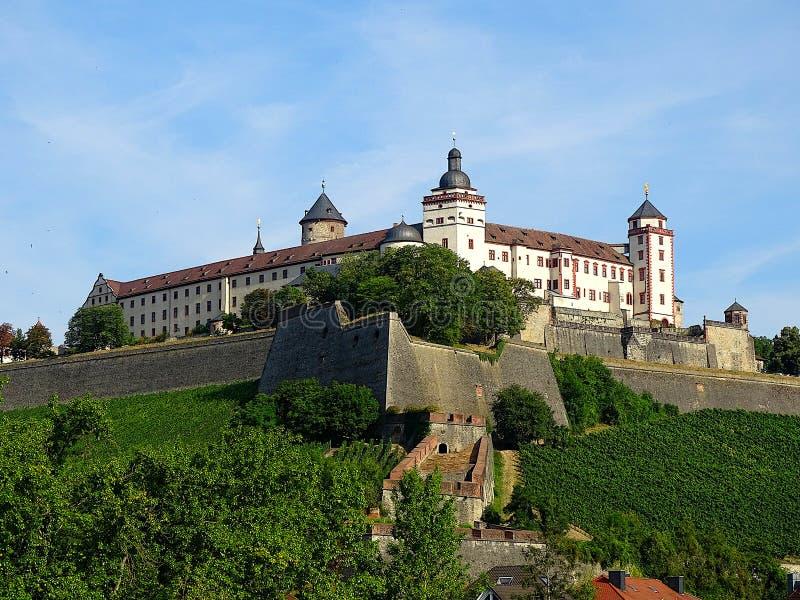 德语的玛利恩堡:Festung马林贝格是一个突出的地标在主要河的左岸在维尔茨堡,在Fr 库存照片