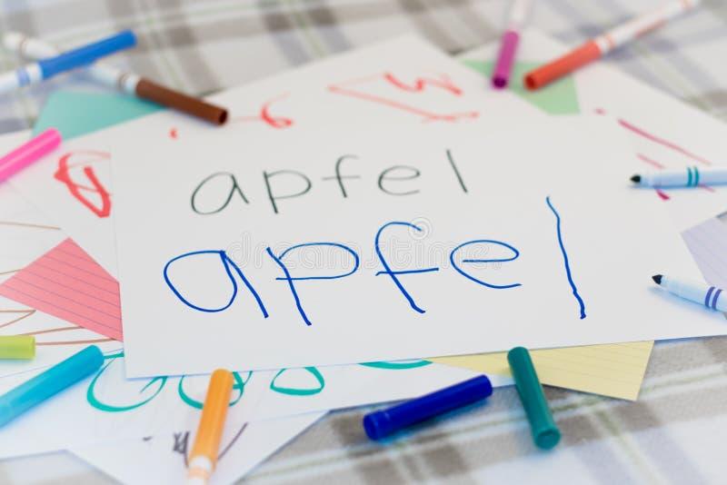 德语;写果子的名字孩子为实践 库存图片