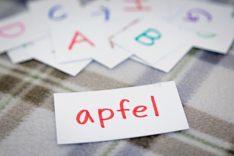 德语;学会与字母表卡片的新的词;写A 库存照片