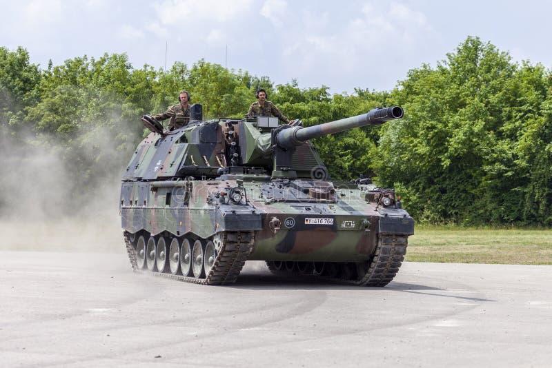 德语Panzerhaubitze 2000年,火炮坦克在路驾驶 免版税库存图片