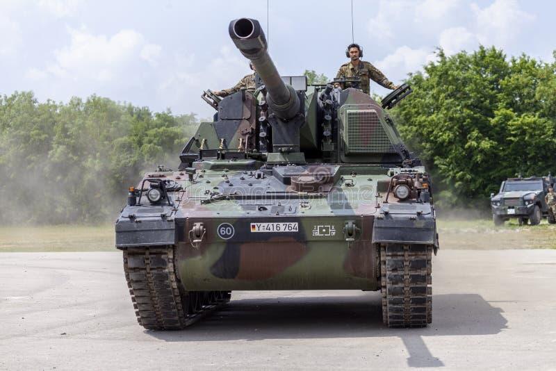 德语Panzerhaubitze 2000年,火炮坦克在路驾驶 免版税库存照片