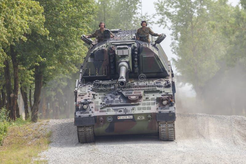 德语Panzerhaubitze 2000年,火炮坦克在路驾驶 图库摄影