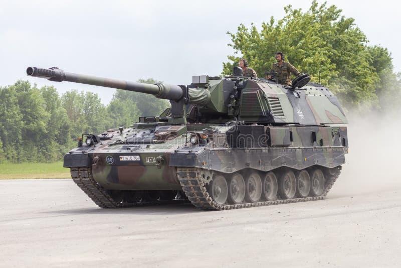德语Panzerhaubitze 2000年,火炮坦克在路驾驶 免版税图库摄影