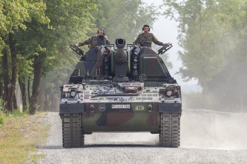 德语Panzerhaubitze 2000年,火炮坦克在路驾驶 库存照片