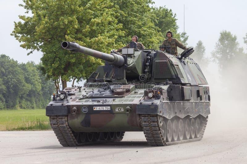德语Panzerhaubitze 2000年,火炮坦克在路驾驶 库存图片