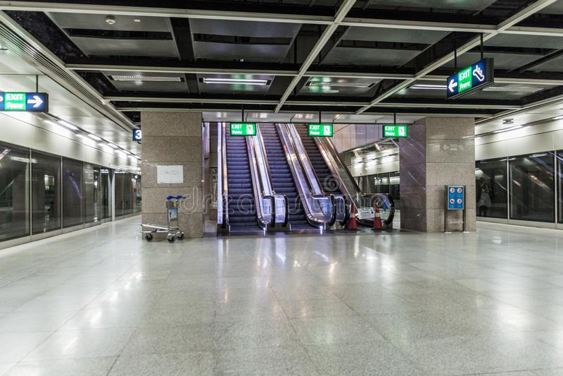 德里,印度- 2016年10月22日:一个地铁车站的看法在英迪拉・甘地国际机场的在德里,伊恩迪 库存图片