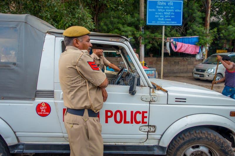 德里,印度- 2017年9月25日:交警在城市的Chandi Chowk地区的控制交通 业务量 库存图片