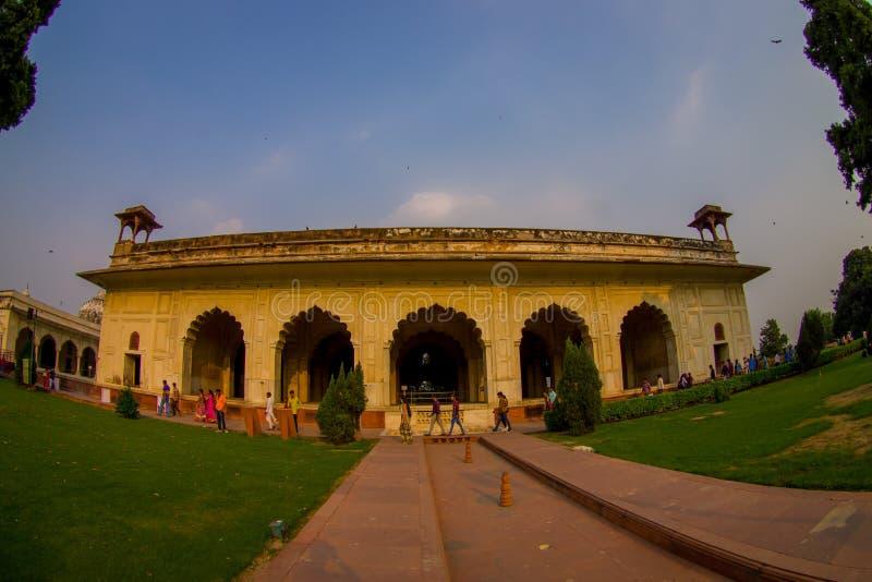 德里,印度- 2017年9月25日:走在Inlaid大理石、专栏和曲拱,霍尔户外的人人群  免版税库存图片