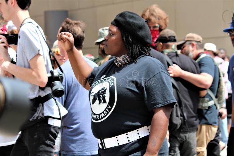 德顿,俄亥俄/美国- 2019年5月25日:600个抗议者召集反对报告的9名KKK成员 免版税库存照片