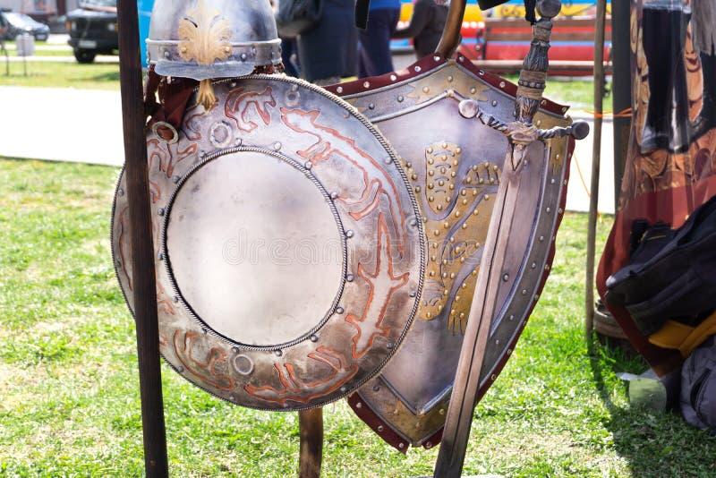 徽章中世纪在白色隔绝的骑士盾和剑 库存图片