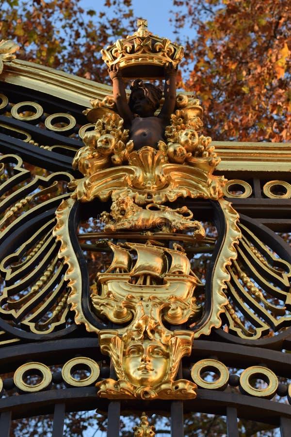 徽章作为一个宫殿的门的装饰的在伦敦 免版税库存图片