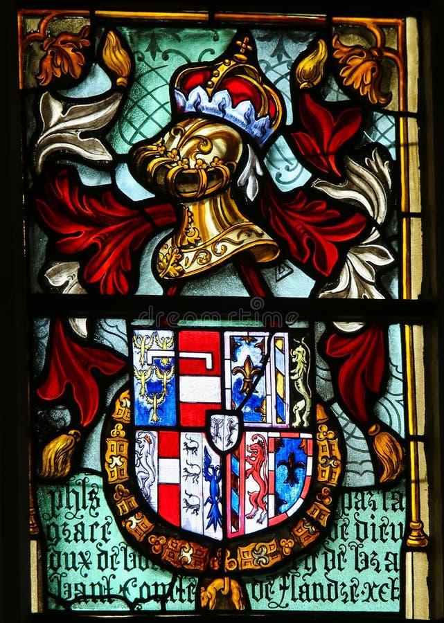 徽章和中世纪盔甲-彩色玻璃 免版税图库摄影