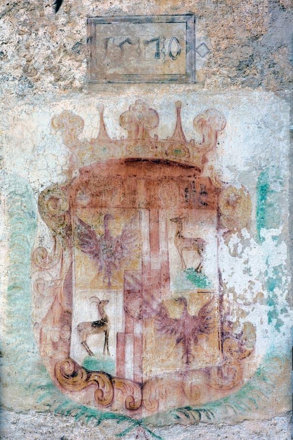 徽章在Predjama城堡的墙壁上的 免版税图库摄影