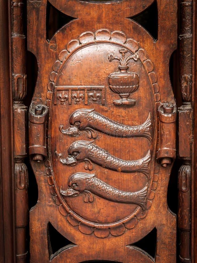 徽章有三条鱼的由木头制成 免版税库存照片