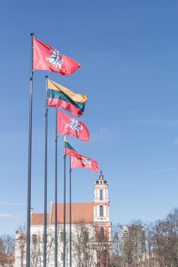 徽章连续被安置的立陶宛和旗子的 马的骑士与在红色背景的剑 r 库存照片