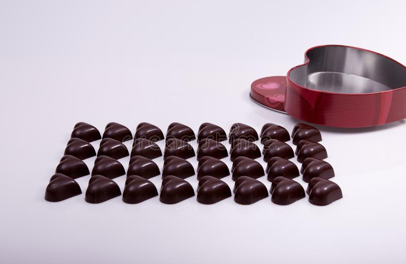 心形的巧克力在箱子准备被包装 免版税库存图片