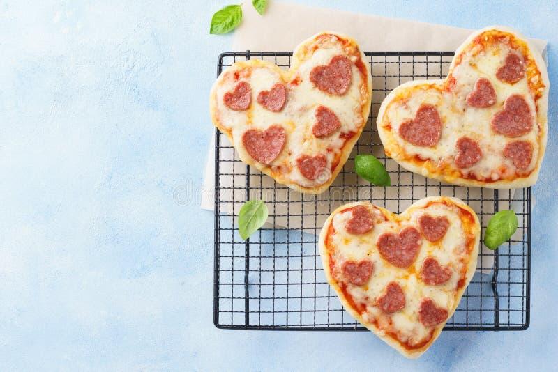心形的微型比萨 Valentine& x27;s天浪漫菜单 免版税库存照片