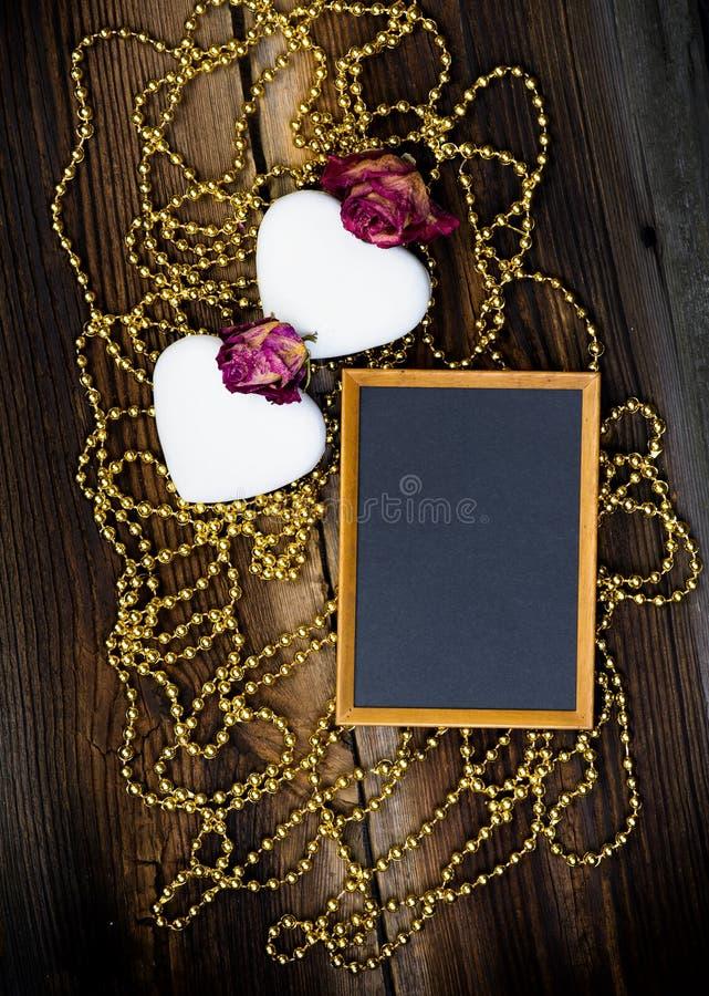心形的曲奇饼、黑板和玫瑰 免版税库存图片