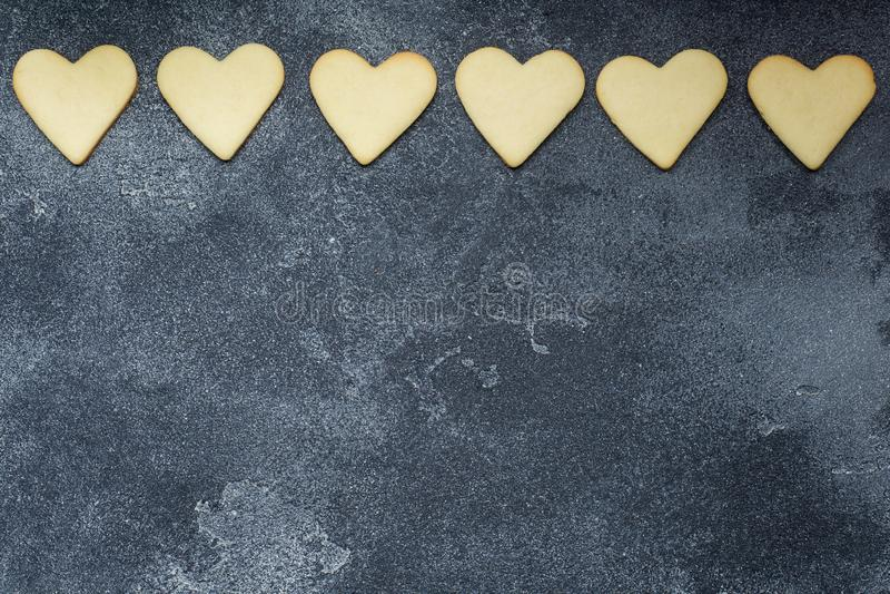 心形的曲奇饼为在黑暗的背景的情人节 复制空间 免版税库存照片