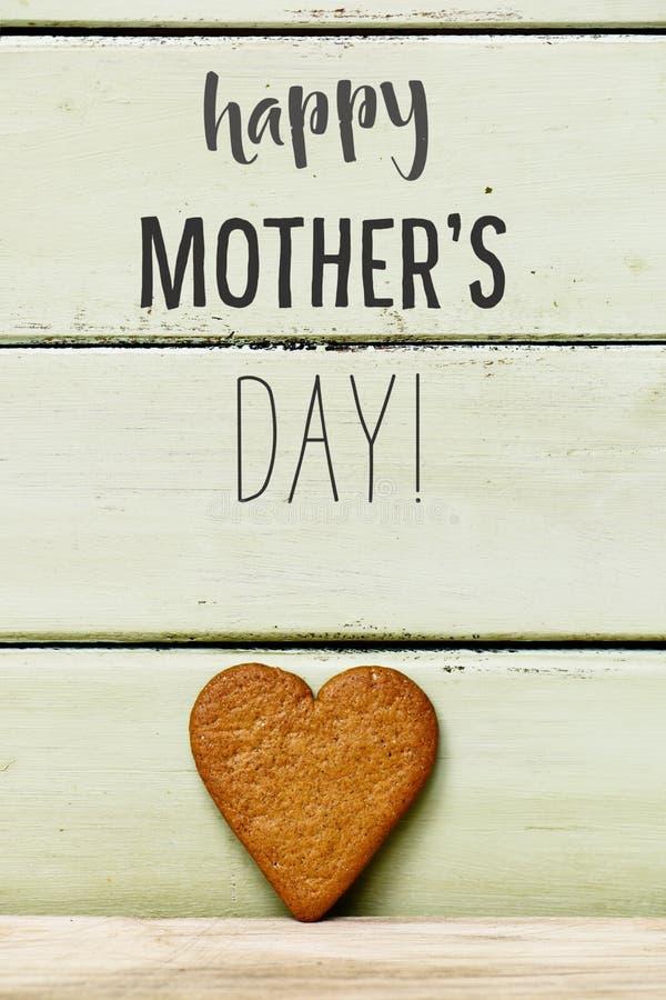 心形的曲奇饼和文本愉快的母亲节 免版税图库摄影
