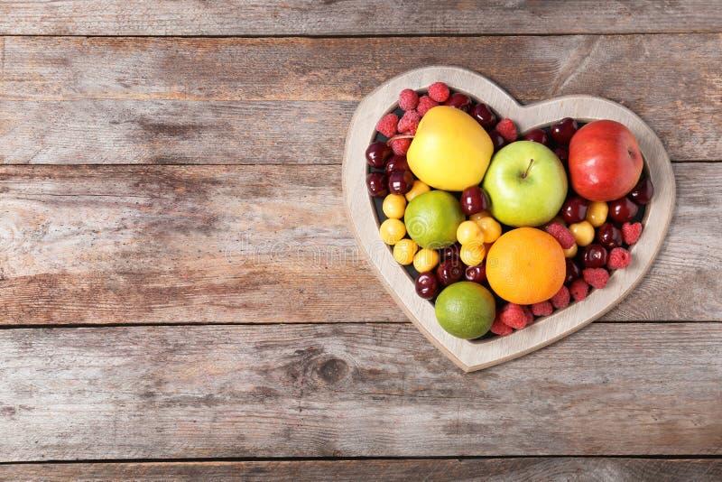 心形的板材用新鲜水果 免版税库存照片
