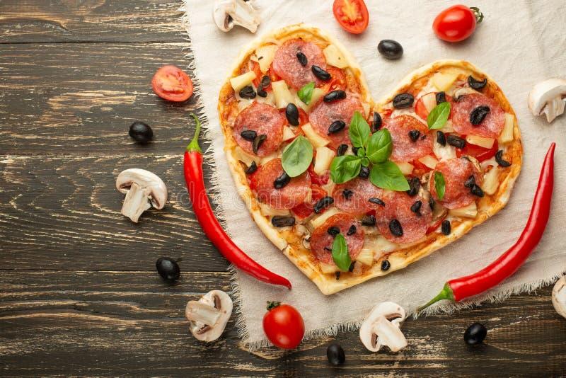 心形的比萨,情人节 菜 充满爱的概念的鲜美和健康食品 自由位置 免版税库存照片