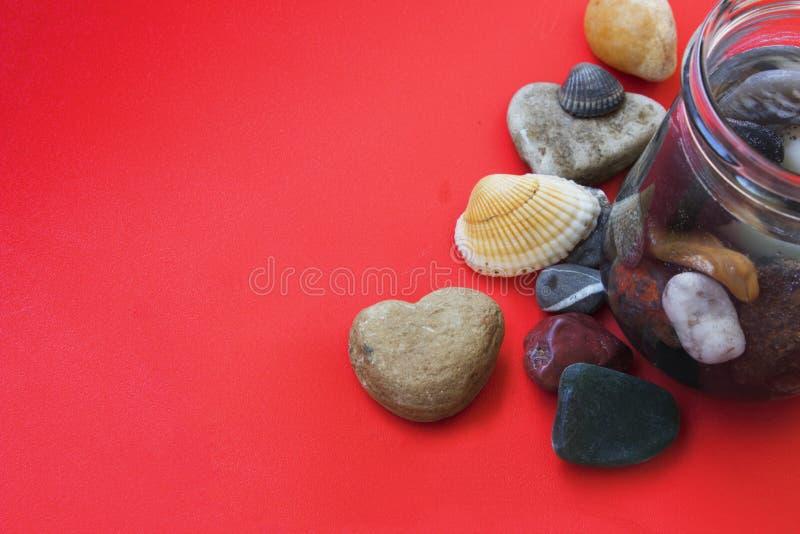 心形的石头、壳和海小卵石 免版税库存图片