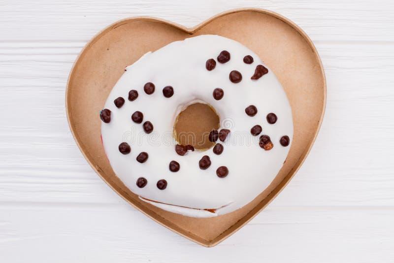 心形的箱子用被冰的多福饼 免版税库存照片