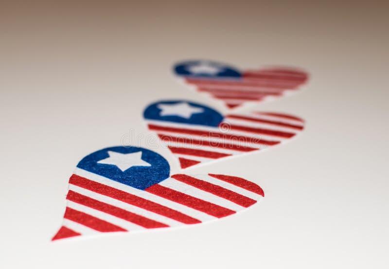 心形的美国国旗 美国国旗的爱象 在memoriam 7月第4与心形爱国美国的旗子的 库存照片