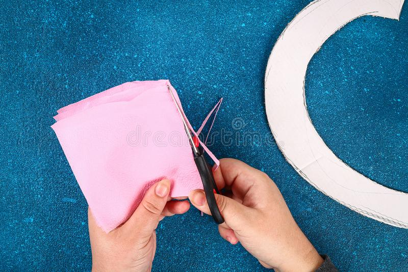 心形的花圈装饰的人造花做了桃红色薄纸餐巾 免版税库存图片