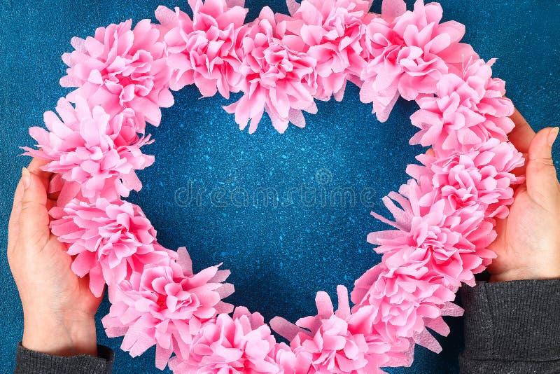 心形的花圈装饰的人造花做了桃红色薄纸餐巾 库存图片