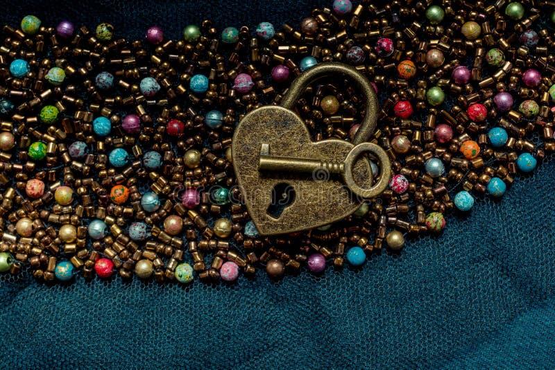 心形的锁和钥匙在抽象背景 免版税库存图片