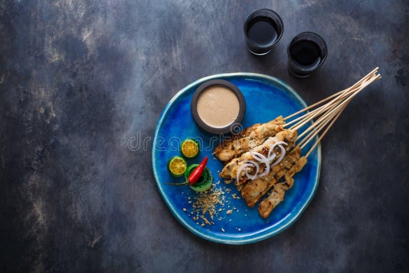 心满意足或satay ayam -鸡串用花生调味汁,为措辞安置 库存照片