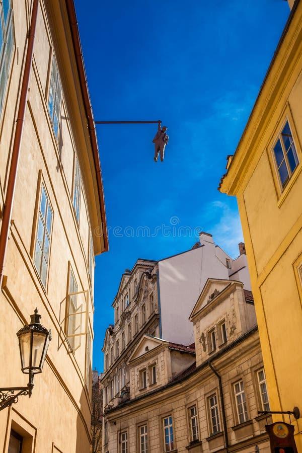 心理分析家垂悬由手的西格蒙德・弗洛伊德的雕塑称Man Hanging  库存图片