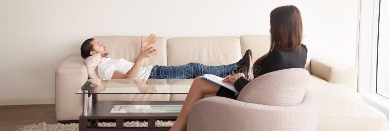 心理学家办公室,谈论问题的男性患者对fem 免版税库存照片