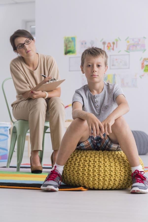 心理学家和反叛小男孩 库存照片