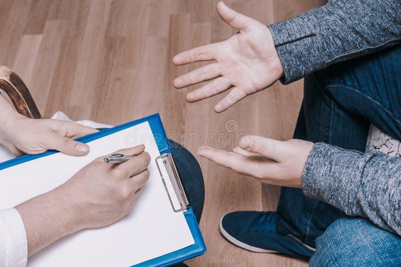 心理学家咨询的概念 医生在精神疗法会议或男性患者忠告诊断精神健康咨询  免版税图库摄影