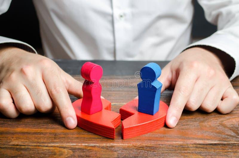 心理学家用站立的男人和的妇女的图连接伤心的两个一半在他们 ?? 库存照片