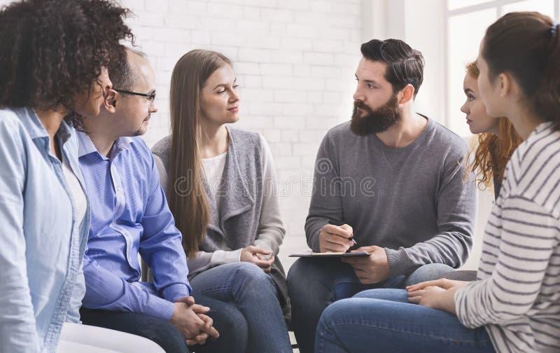 心理学家询问修复小组的成员关于他们的瘾 库存照片