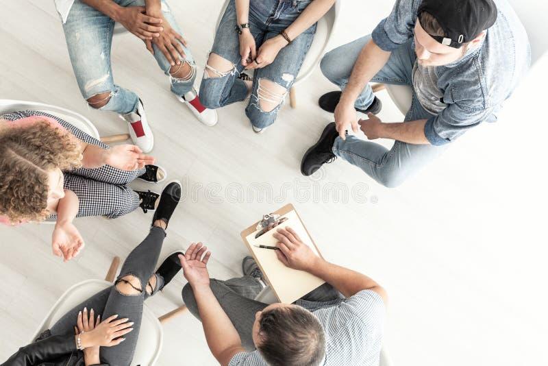心理治疗家的顶视图与一个小组困难一起使用 免版税库存照片