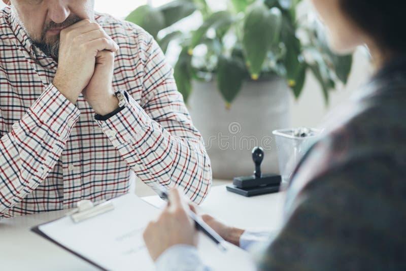 心理治疗家谈话与她的患者 图库摄影