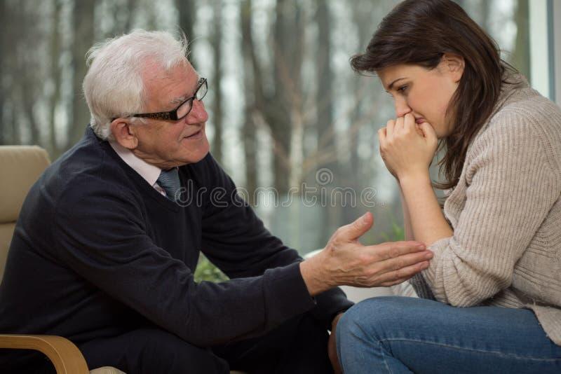 心理治疗家舒适他的客户 免版税库存照片
