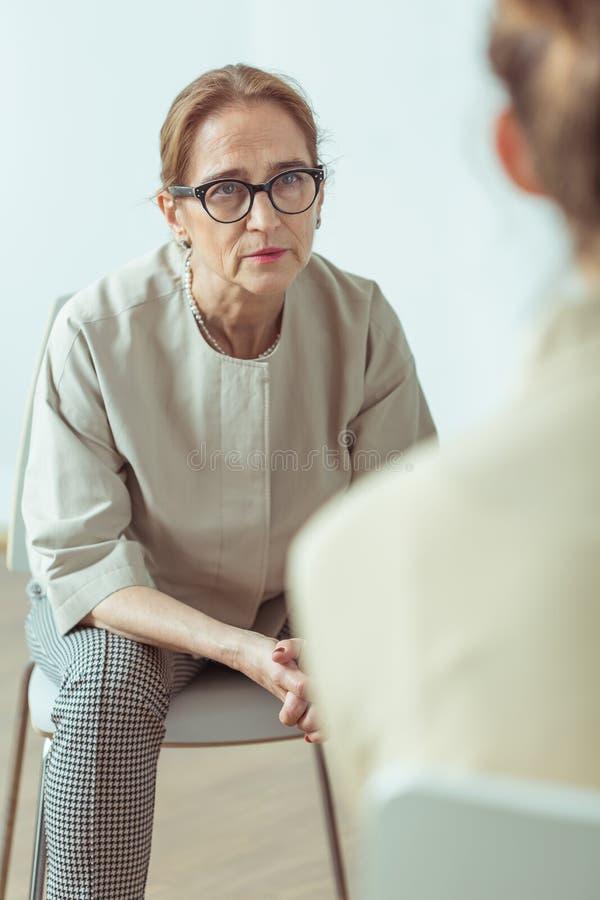心理治疗家谈话与患者 免版税库存图片
